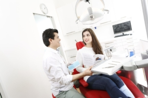 Kieferorthopäde behandelt Frau