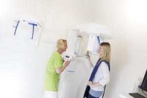 Frau in Röntgenmaschine